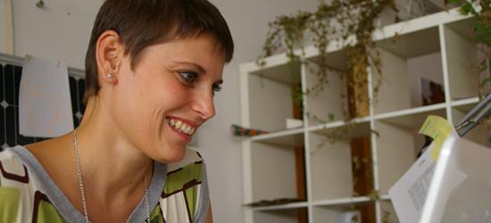 Chiara mentre gestisce la vendita del vino toscano di Tunia.